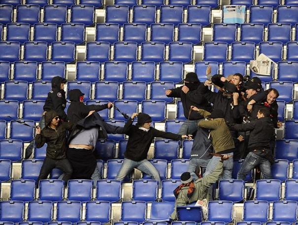 Pugni e cinture negli scontri fra tifosi (foto Afp)