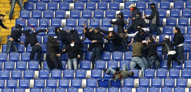 Pugni e cinture negli scontri tra tifosi ultrà (Foto Afp)