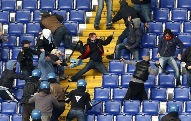 Un momento dei violenti scontri sugli spalti dell'Olimpico (Foto Ap)