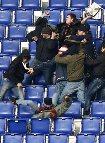 Ancora tafferugli tra le tifoserie di Roma e Lazio (Foto Ansa)