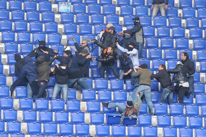 Gruppi di tifosi si scontrano allo stadio Olimpico
