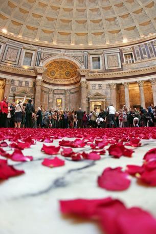 Pioggia di rose dall'«occhio del cielo» nel Pantheon: a terra i petali rossi. La cerimonia, che si tiene in occasione della Pentecoste, ebbe origine con i primi cristiani giunti nella capitale dell'Impero (foto Jpeg)