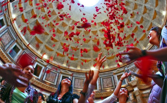 Pioggia di rose dall'«occhio del cielo» nel Pantheon di Roma: la cerimonia, che si tiene in occasione della Pentecoste, ebbe origine con i primi cristiani giunti nella capitale dell'Impero ma, dopo un lungo periodo di sospensione, è stata ripresa nel 1995 (foto Jpeg)