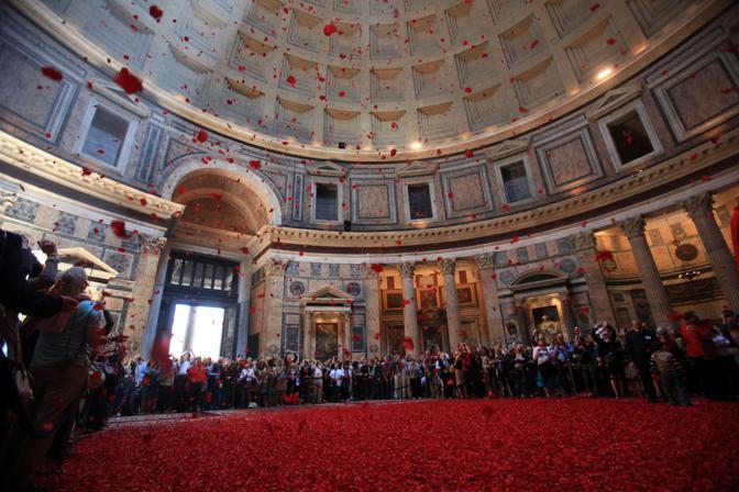 Il pavimento rosso di petali dopo la pioggia di rose nel Pantheon di Roma: la cerimonia, che si tiene in occasione della Pentecoste, ebbe origine con i primi cristiani giunti nella capitale (foto Jpeg)