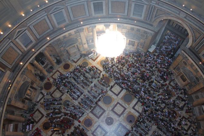 Pioggia di rose dall'«occhio del cielo» nel Pantheon di Roma: la folla vista dal tetto del monumento (foto Comando Vigili del Fuoco Roma)