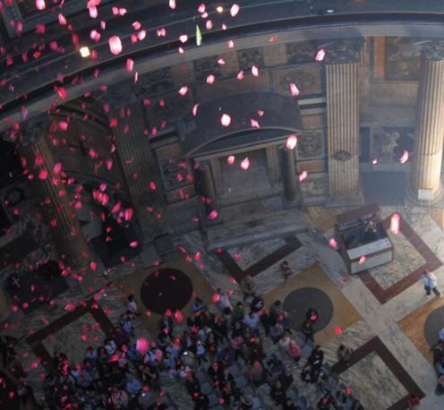 Pioggia di rose dall'«occhio del cielo» nel Pantheon di Roma: la prima pioggia di petali vista dal tetto del monumento (foto Comando Vigili del Fuoco Roma)