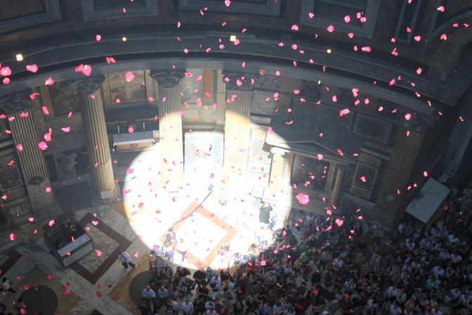Pioggia di rose dall'«occhio del cielo» nel Pantheon di Roma: la pioggia di petali vista dal tetto del monumento (foto Comando Vigili del Fuoco Roma)