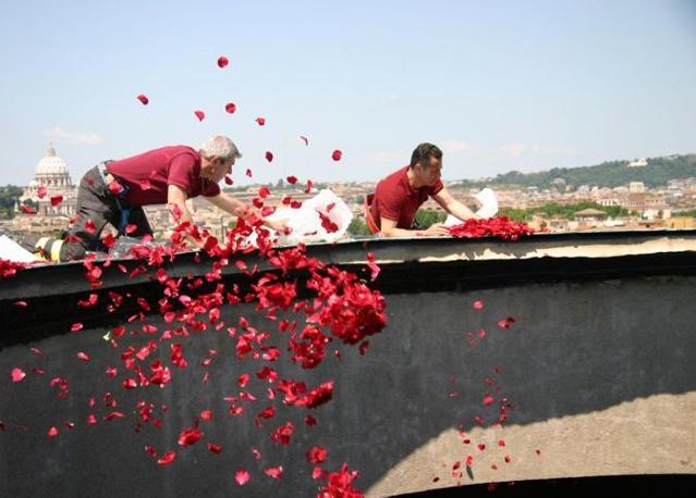 Pioggia di rose dall'«occhio del cielo» nel Pantheon di Roma: i vigili del fuoco cominciano a lanciare i petali nel foro sul tetto del monumento (foto Comando Vigili del Fuoco Roma)
