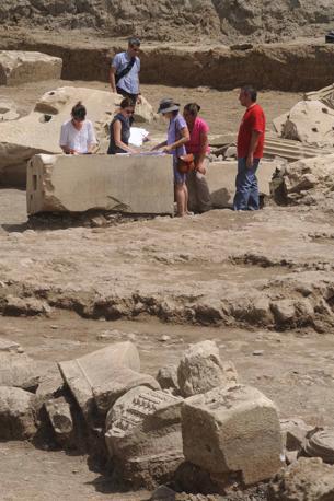 Sulla Flaminia la tomba del Gladiatore: archeologi al lavoro tra le rovine del mausoleo. Gli scavi in corso in località Due Ponti, ripresi da un mese, hanno portato a inizio giugno alla scoperta di una statua di donna e di un'epigrafe che confermano il ritrovamento del mausoleo di Marco Nonio Macrinio. Era il generale bresciano che fu a fianco dell'imperatore Marco Aurelio e che, forse, ha ispirato il personaggio del Gladiatore (foto Mario Proto)