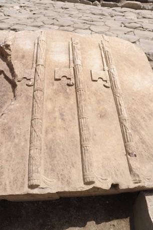 Sulla Flaminia la tomba del Gladiatore: fasci littori9 rinvenuti in un mausoleo prospiciente quello del Gladiatore. Gli scavi in corso in località Due Ponti hanno portato a inizio giugno alla scoperta di una statua di donna e di un'epigrafe che confermano il ritrovamento del mausoleo di Marco Nonio Macrinio. Era il generale bresciano che fu a fianco dell'imperatore Marco Aurelio e che, forse, ha ispirato il personaggio del Gladiatore (foto Mario Proto)