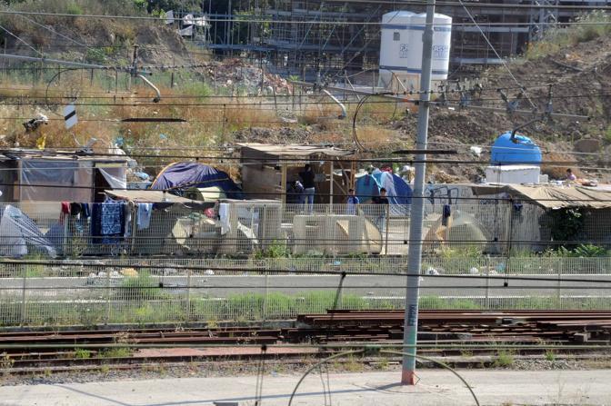 Tende e baracche lungo i binari. I disperati del Terminal Ostiense da anni vivono nello spazio abbandonato dormendo sui cartoni e senza le minime condizioni igieniche. Da un mese sono anche senza acqua (Proto)