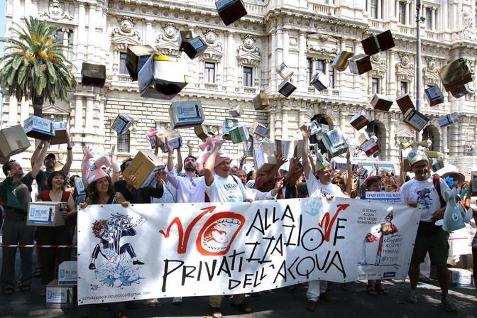 La manifestazione a Piazza Navona per la consegna di oltre un milione di firme per tre referendum per l'acqua pubblica presso la Corte di Cassazione (foto Lapresse)