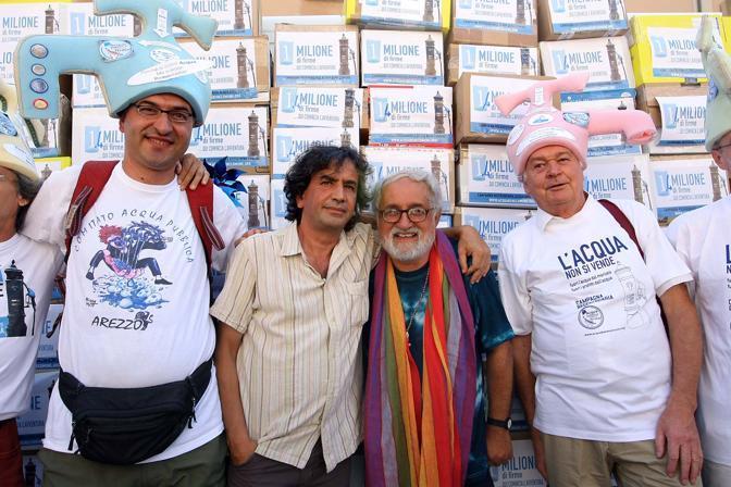 Consegna di oltre un milione di firme per tre referendum per l'acqua pubblica presso la Corte di Cassazione. Nella foto Padre Alex Zanotelli con i rappresentanti del Comitato promotore (foto Lapresse)
