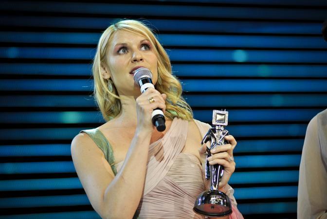 Clare Danes ringrazia il pubblico per il premio  come Migliore attrice protagonista (Sezione Tv drama) per la serie Temple Grandin (Ansa)