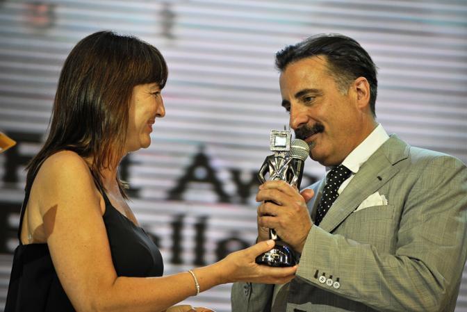 Andy Garcia riceve da Renata Polverini il premio  durante la cerimonia finale del  «Roma Fiction Fest 2010» (Ansa)