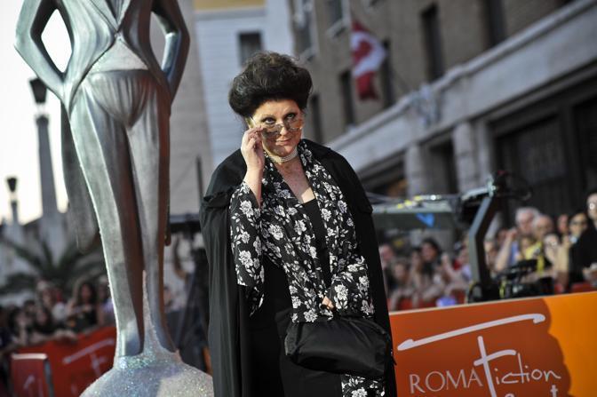 Due premi anche per la produttrice Claudia Mori. La Mori ha dedicato i riconoscimenti «alla gente dell'Aquila che l'altro giorno è venuta a Roma a chiedere la casa e la ricostruzione delle loro città che sono ancora un cumulo di macerie. Passato il momento di propaganda, ci sono ancora decine di migliaia di persone in attesa delle loro case». (Ansa)