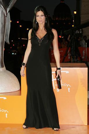 L'edizione 2010 del «RomaFictionFest» ha visto sfilare alcune delle stelle più conosciute della fiction italiana. Per la passerella arancione, Manuela Arcuri  ha scelto un lungo abito nero decorato di strass (Lapresse)