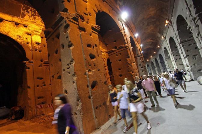 Turisti al Colosseo durante la prima delle visite guidate notturne dell'Anfiteatro Flavio riprese sabato 21 agosto a Roma (foto Jpeg)