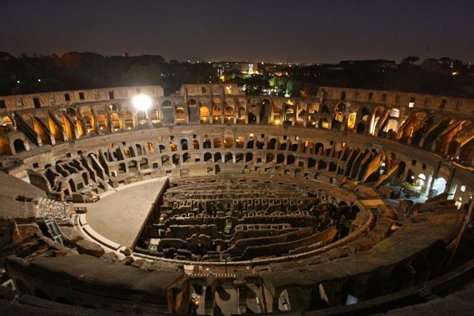 Il Colosseo illuminato da una mongolfiera, durante la prima delle visite guidate notturne dell'Anfiteatro Flavio riprese sabato 21 agosto a Roma (foto Jpeg)