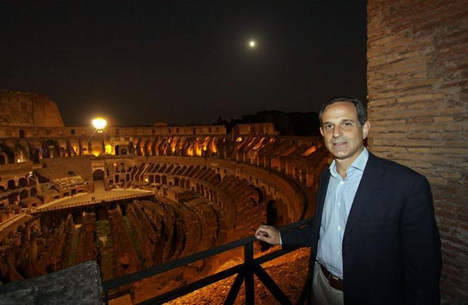 Il viceministro Giro al Colosseo durante la prima delle visite guidate notturne dell'Anfiteatro Flavio riprese sabato 21 agosto a Roma (foto Jpeg)