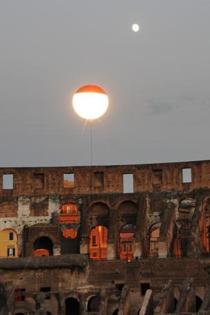 La luna artificiale del Colosseo, una mongolfiera che ha illuminato l'Anfiteatro Flavio durante la prima delle visite guidate notturne, riprese sabato 21 agosto a Roma (foto Omniroma)