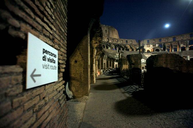 La luna artificiale sull'arena del Colosseo: una mongolfiera che ha illuminato l'Anfiteatro Flavio durante la prima delle visite guidate notturne, riprese sabato 21 agosto a Roma (foto Eidon)