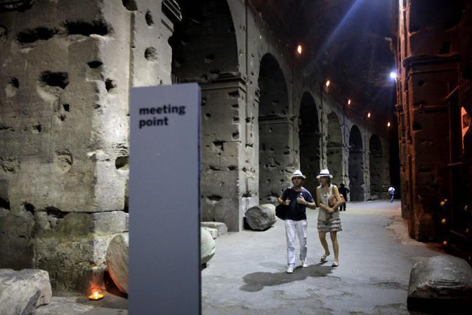 Turisti al Colosseo, durante la prima visita notturna all'Anfiteatro Flavio: un nuovo ciclo di visite guidate dopo il tramonto è iniziato sabato 21 agosto a Roma (foto Eidon)