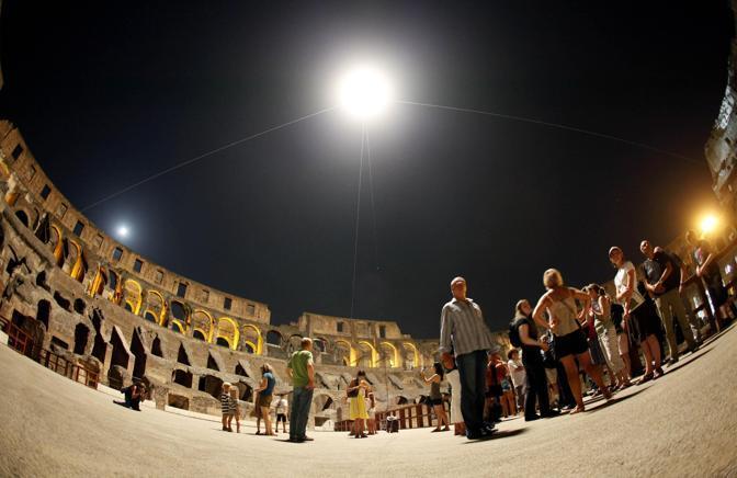 Turisti al Colosseo, durante la prima visita notturna all'Anfiteatro Flavio: un nuovo ciclo di visite guidate dopo il tramonto è iniziato sabato 21 agosto a Roma (foto Ansa)