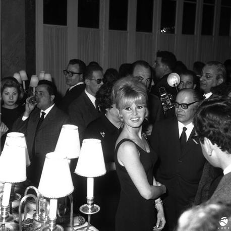 1956, Roma. Brigitte Bardot ad una conferenza stampa al Grand Hotel. Per l'attrice francese, il 1956 segna l'anno del successo, con l'uscita del film «E Dio creò la donna» («Piace a troppi», il primo titolo in italiano) del regista Roger Vadim, con il quale rimarrà sposata sino al 1957