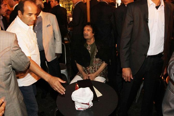 Dopo cena il colonnello si è concesso un gelato nel centro di Roma (Benvegnù-Guaitoli)