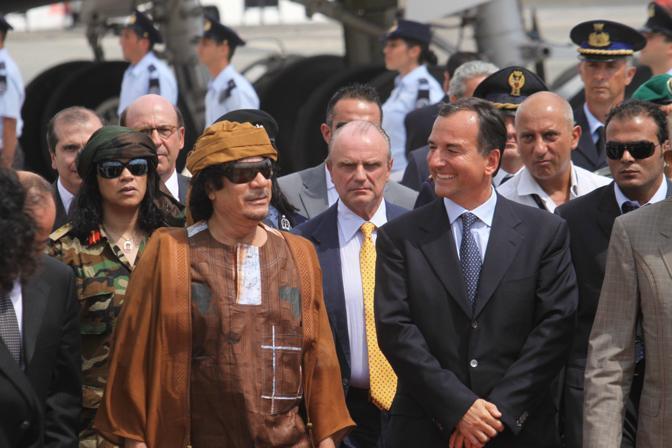 Ad attenderle Gheddafi, in fondo alla scaletta sulla pista dell'aeroporto militare di Ciampino, anche un picchetto d'onore dell'Aeronautica militare (Ansa)