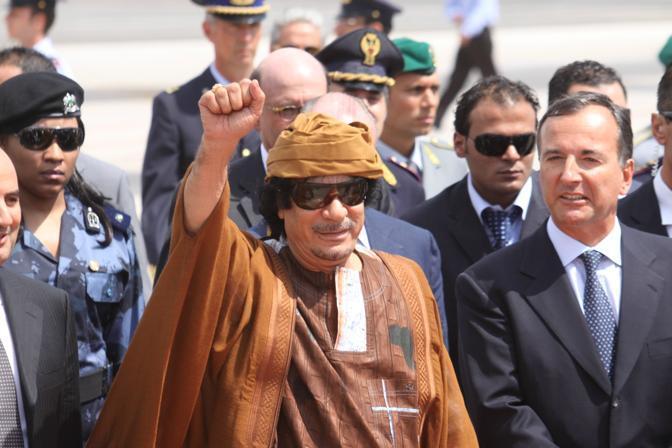 Gheddafi ha saluto le persone che lo attendevano a Ciampino con un pugno chiuso (Ansa)