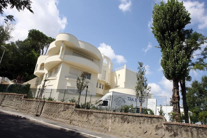 Diversamente dall'ultima volta, però, quando scelse la splendida cornice di Villa Doria Pamphilj, il colonnello fisserà i paletti della sua tenda nel giardino della residenza dell'ambasciatore libico in Italia, Abdulhafed Gaddur, sulla Cassia (foto Jpeg)