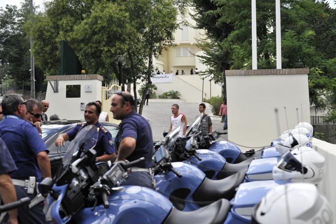 Moto e macchine della polizia stazionano davanti alla residenza dell'ambasciatore libico (Ansa)