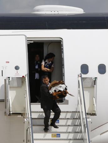 Gli abiti tradizionali del leader libico sono stati messi in macchina e trasportati nella residenza dell'ambasciatore libico  a Roma dove è stata montata la tenda beduina di Gheddafi (Ansa)