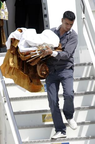 Gli abiti tradizionali del leader libico sono stati messi in macchina e trasportati nella residenza dell'ambasciatore libico  a Roma dove è stata montata la tenda beduina di Gheddafi (Jpeg)
