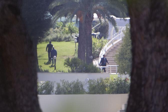 Una veduta interna della residenza dell'ambasciatore libico, dove alloggia il leader libico Muammar Gheddafi (Ansa)