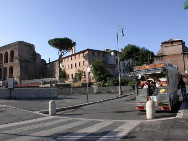 Ambulanti e camion bar padroni del centro storico. Qui sopra, camion bar accanto alla basilica di Massenzio a Ferragosto. Tra irregolari e postazioni munite di permessi, l'occupazione del suolo pubblico nell'area dall'Arco di Costantino a piazza venezia è divenuta un'invasione: un rivenditore ogni 25 metri (foto Zanini)