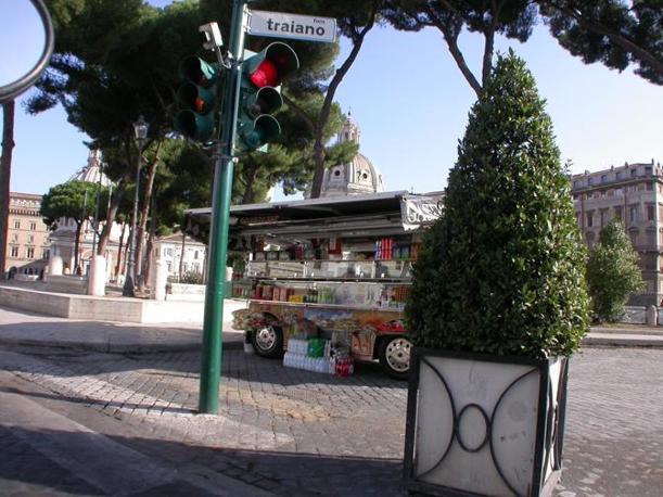 Ambulanti e camion bar padroni del centro storico. Qui sopra, uno dei 12 camion bar che a Ferragosto stazionavano nei pressi dei Fori Imperiali (foto Zanini)