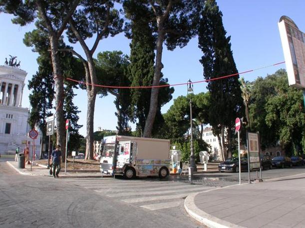 Ambulanti e camion bar padroni del centro storico. Qui sopra, uno dei 12 furgoncini con bar ambulanti nella zona dei Fori: siamo in piazzetta San Marco, vista Campidoglio (foto Zanini)