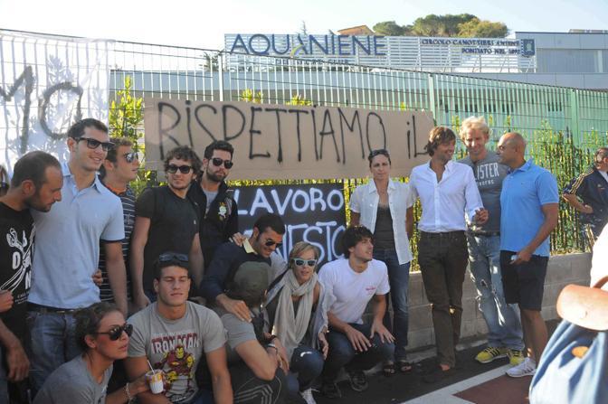 Sportivi e lavoratori dell'Aquaniene in sit-in: accosciata al centro con gli occhiali da sola la Pellegrini (Proto)