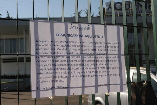 L'annuncio della chiusura sui cancelli del circolo (Proto)