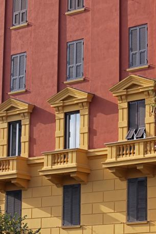 I colori di Roma: questo palazzo di piazza Mazzini non rispetta le norme della nuova delibera del Campidoglio in tema di restauri delle facciate nel centro storico. Previste sanzioni (foto Jpeg)