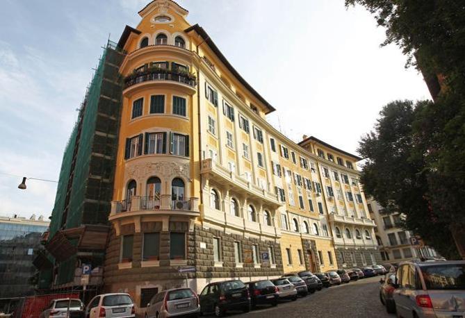 I colori di Roma: questo palazzo di viale Piacentini non rispetta le norme della nuova delibera del Campidoglio in tema di restauri delle facciate nel centro storico. Previste sanzioni (foto Jpeg)