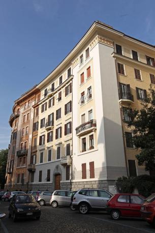 I colori di Roma: questi palazzi di via Savoia non rispettano le norme della nuova delibera del Campidoglio in tema di restauri delle facciate nel centro storico. Previste sanzioni (foto Jpeg)