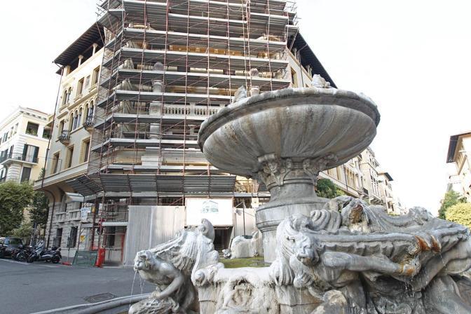 I colori di Roma: questo palazzo di Coppedè non rispetta le norme della nuova delibera del Campidoglio in tema di restauri delle facciate nel centro storico. Previste sanzioni (foto Jpeg)