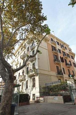 I colori di Roma: questo palazzo di viale Liegi 43 non rispetta le norme della nuova delibera del Campidoglio in tema di restauri: Le parti in pietra sono dipinte di giallo (foto Jpeg)