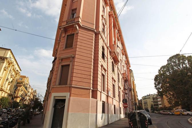 I colori di Roma: questo palazzo di viale Rossini non rispetta le norme della nuova delibera del Campidoglio in tema di restauri delle facciate nel centro storico. Previste sanzioni (foto Jpeg)