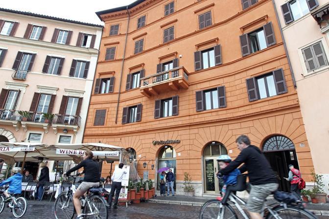 I colori di Roma: questi palazzi di piazza Navona non rispettano le norme della nuova delibera del Campidoglio in tema di restauri delle facciate nel centro storico. Previste sanzioni (foto Jpeg)