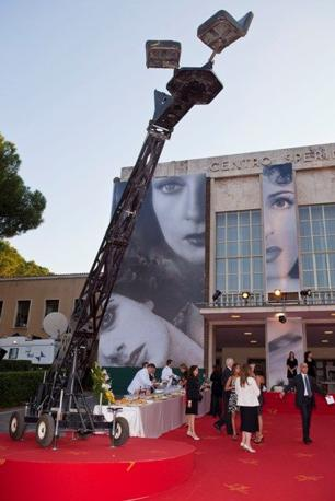 �Dive�: nella mostra in corso al centro Sperimentale di Cinematografia a Cinecitt�, i volti delle grandi attrici italiane dai primi del '900 al neorealismo, dagli Anni '70 ai film in digitale. Sopra: le gigantografie all'esterno della mostra